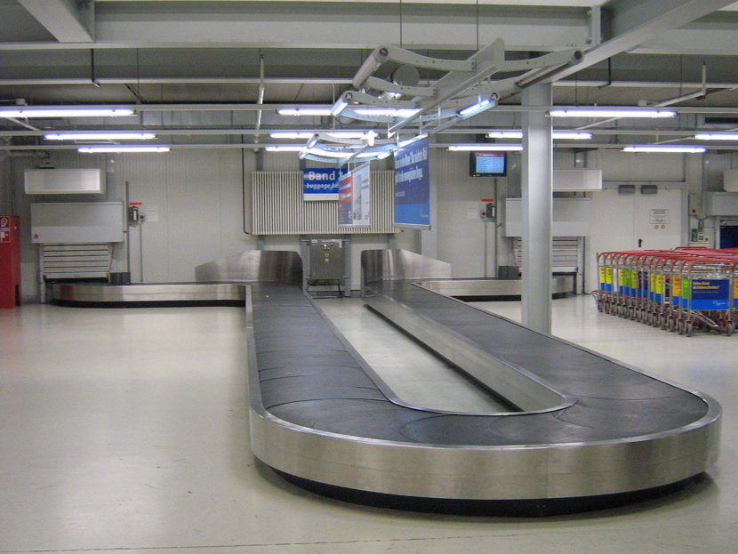 A single level baggage carousel at Frankfurt-Hahn Airport.